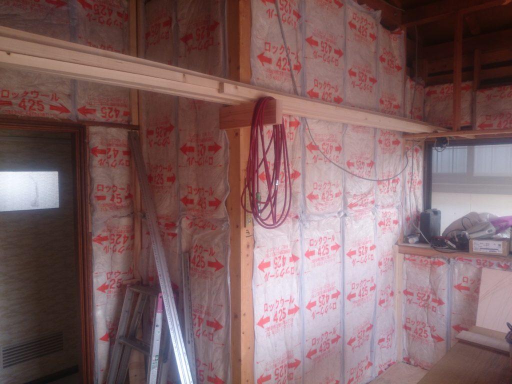 解体、断熱工事 壁、床、天井を解体し断熱と遮音の効果のあるロックウールを施工